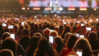 evento concerto con persone e smartphone